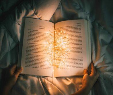 läsa bok mysigt ljus