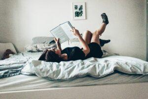 läsa bok i sängen